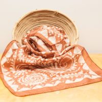 Batiikkikuvioitu silkkihuivi